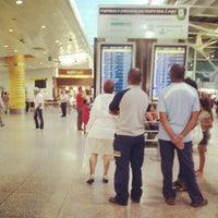 Photo taken at Aeroporto de Lisboa - Chegadas / Arrivals by Rosa G. on 8/31/2012