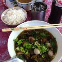 Photo taken at ก๋วยเตี๋ยวห้วยพลู หมูตุ๋น-เนื้อตุ๋น by ธันว์ บ. on 3/10/2012