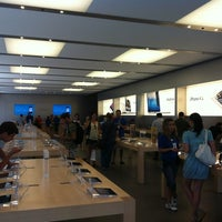 Photo taken at Apple Calle Colón by Nathan v. on 7/16/2012
