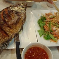 Photo taken at Thuan Kieu Com Tam by Richard H. on 4/22/2012