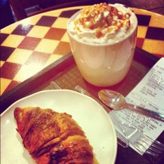 Photo taken at Starbucks by Ariel F. on 6/27/2012