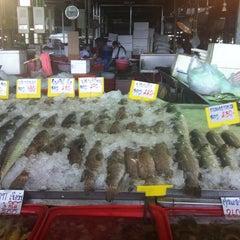 Photo taken at ตลาดทะเลไทย (Talaythai Market) by zu-za a. on 7/13/2012
