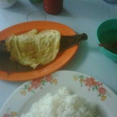 Photo taken at Warong Baroka (Pecal Lele & Pecal Ayam) by akmal h. on 12/7/2011