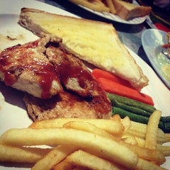Photo taken at สเต็กลุงหนวด by 🐷gibzzii🐷 M. on 6/3/2012