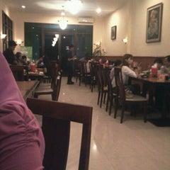 Photo taken at Bakmi klandasan by Andre Perdana Zanetti on 12/24/2011