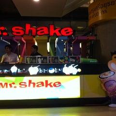 Photo taken at Mr.Shake (มิสเตอร์เชค) by Ta Ti Sa S. on 10/5/2011