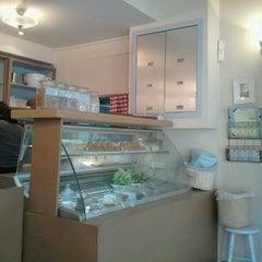 Photo taken at Montifiori Café (מונטיפיורי קפה) by Inbal R. on 12/5/2011