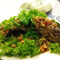 Photo taken at วรา ปลาเผา อาหารไทย-อีสาน by Nanny s. on 3/25/2012