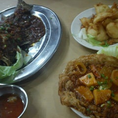 Photo taken at Sri Wangsa Seafood by Aleep Asyraf on 6/17/2012