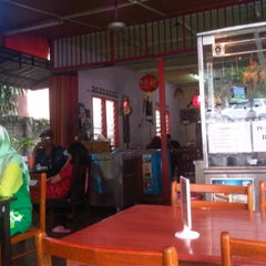 Photo taken at CT Nasi Ayam Garing Mancongkam by Mohd Shafiq A. on 3/10/2012