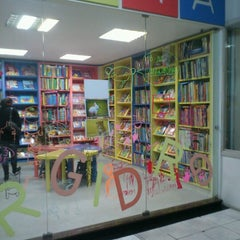 Photo taken at Livraria Vanguarda by Leandro E. on 7/27/2012