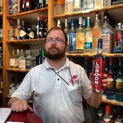 Foto tirada no(a) McCabes Wine & Spirits por Ray E. em 6/19/2014