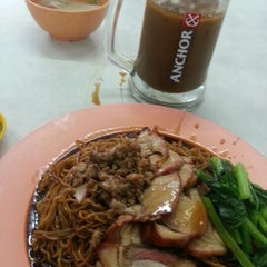 Photo taken at Restoran Mun Fong by Daniel &. on 12/20/2012