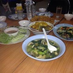 Photo taken at เพื่อนเดินทาง ร้านอาหาร&รีสอร์ท by Tukta K. on 3/29/2014