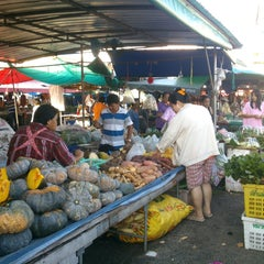 Photo taken at ตลาดสัตหีบ (Sattahip Market) by nang on 10/30/2014