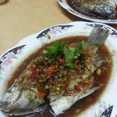 Photo taken at Restaurant Lan Je (兰姐清蒸非洲鱼) - Kepong by Venoth on 9/15/2014