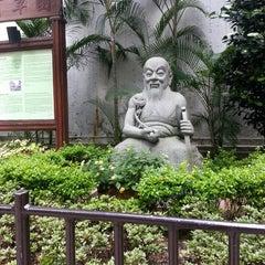 Photo taken at Queen Street Rest Garden 皇后街休憩花園 by jen l. on 4/20/2013