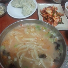 Photo taken at 옛진미칼국수 by 봉근 박. on 8/12/2014