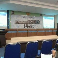 Photo taken at Gedung Dekanat Fakultas Teknik Universitas Brawijaya Malang by Satria Sambrama S. on 9/14/2013