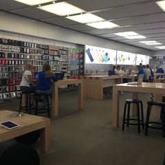 Photo taken at Apple Store, Arrowhead by Yxes 💋🍂🍁 ☕. on 4/21/2013