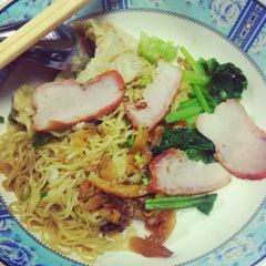Photo taken at บะหมี่ แสบ X2 (Noodle+Khamoo Restaurant) by cheryl on 10/4/2013