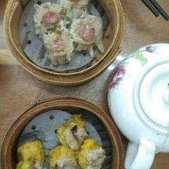 Photo taken at Lin Heung Tea House 蓮香樓 by Edna C. on 10/30/2015