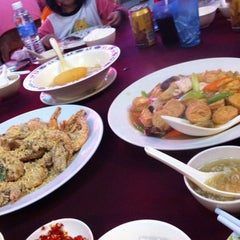 Photo taken at Ling Loong Seafood No. 6 Topspot by Amy L. on 10/9/2014