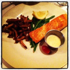 Photo taken at Le Steak Frites St-Paul by Lin C. on 5/11/2013