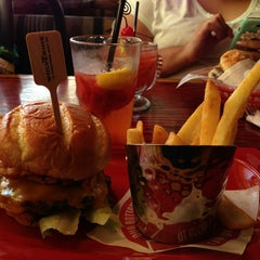 Photo taken at Red Robin Gourmet Burgers by Jesus L. on 7/21/2013