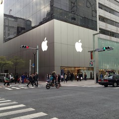 Photo taken at Apple Store 銀座 by Dongho K. on 4/4/2013