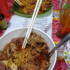 Photo taken at Mie Tulang Anan by Raras C. on 5/6/2014