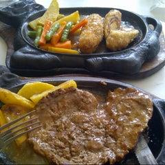 Photo taken at Waroeng Steak & Shake by Felicia A. on 9/17/2012