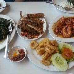 Photo taken at D'Cost Seafood by Wiranto E. on 4/13/2014
