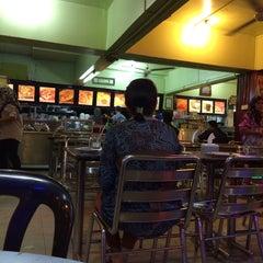 Photo taken at Restaurant Wey Aman Tom Yam by budak j. on 2/25/2014