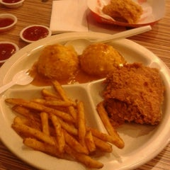 Photo taken at Popeye's Louisiana Kitchen by Noorain M. on 9/22/2012