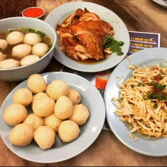 Photo taken at Famosa Chicken Rice Ball (古城鸡饭粒) by 🎀ẘ℮ηηẘ℮ηη🎀 on 7/17/2015