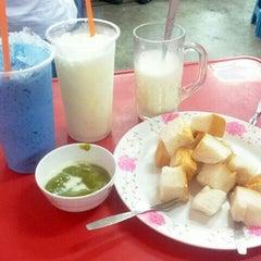 Photo taken at ป้าแอ๊ะ นมสด ขนมปังสังขยา (ข้างสมาคมฮากกา) by Tum C. on 7/14/2014