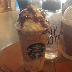 Photo taken at Starbucks (สตาร์บัคส์) by Mapiing B. on 6/2/2015