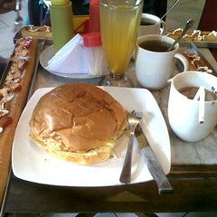 Photo taken at Burger Buto (Kedai 27) by Masyta Wahyu I. on 12/30/2012