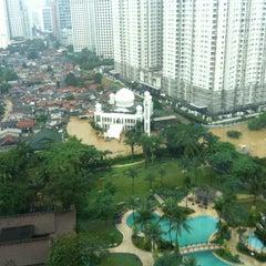 Photo taken at Shangri-La Hotel, Jakarta by ⚡️KAAN⚡️ on 1/17/2013