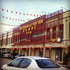 Photo taken at Restaurant Lu Yeh Yen by Kent C. on 6/21/2013