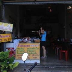 Photo taken at ข้าวฟืน ข้าวซอยยำ by Gig B. on 11/4/2012