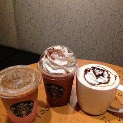 Photo taken at Starbucks (สตาร์บัคส์) by Tychaa on 10/25/2015