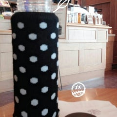 Photo taken at The Coffee Bean & Tea Leaf by Minjeong K. on 8/28/2014