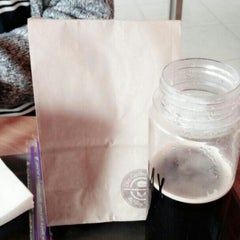 Photo taken at The Coffee Bean & Tea Leaf by Minjeong K. on 10/23/2014
