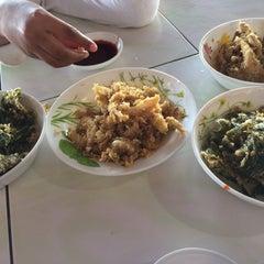 Photo taken at Firdausy Seafood Corner by Shakyla 🙄 on 6/13/2015