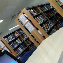Photo taken at Tan Sri Dr. Abdullah Sanusi Digital Libray, Open University Malaysia (OUM) by Khalish K. on 1/14/2013