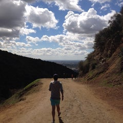 Photo taken at Fat Girl Hill at Runyon Canyon by Yian on 4/3/2014