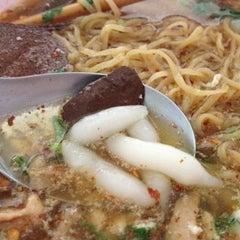 Photo taken at ก๋วยเตี๋ยวเกี๊ยมอี๋ by ท็อป ว. on 12/23/2012