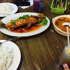 Photo taken at Seri Mesra Ikan Bakar & Seafood by Fadhli R. on 5/17/2015